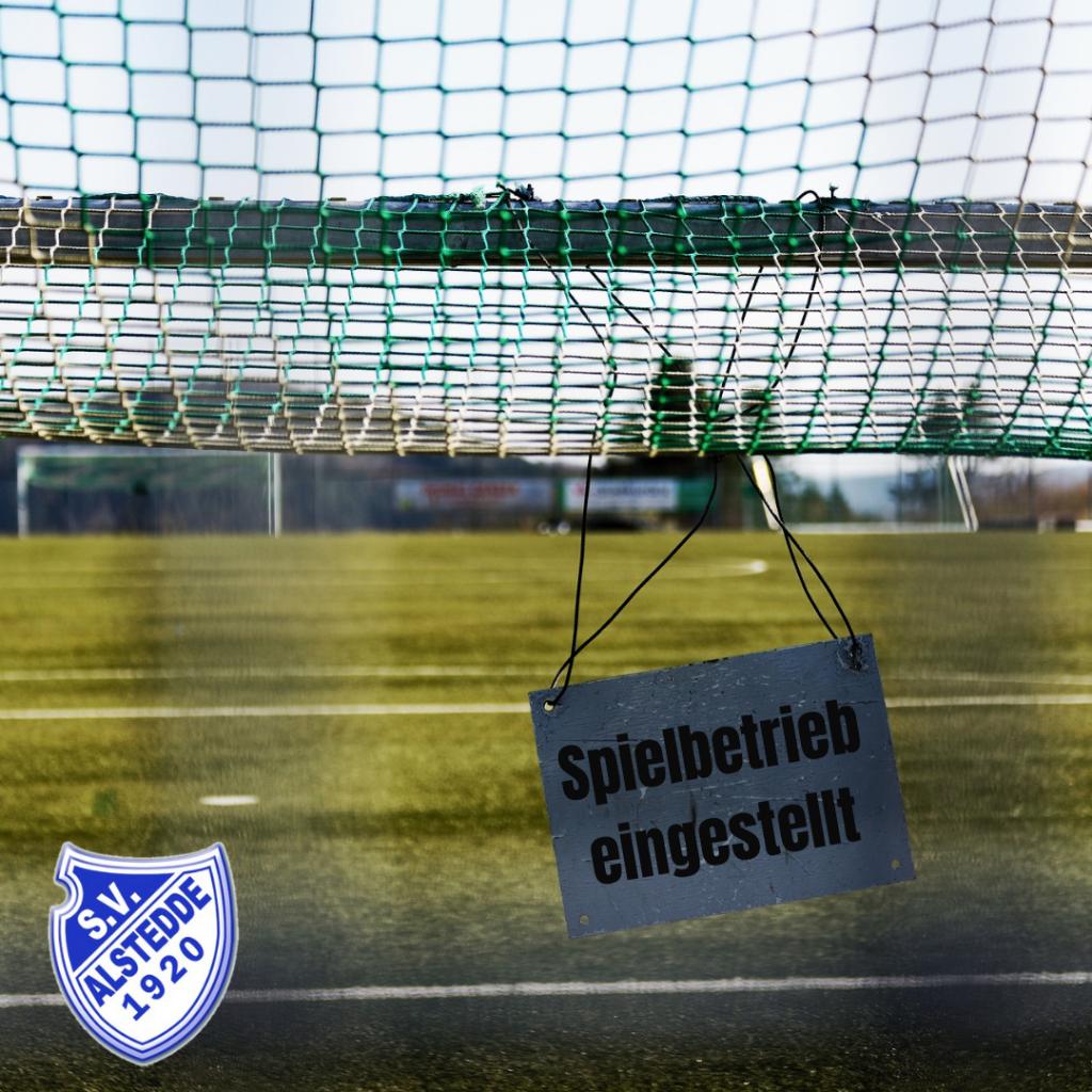 """Fußballtor mit Schild """"Spielbetrieb eingestellt"""""""