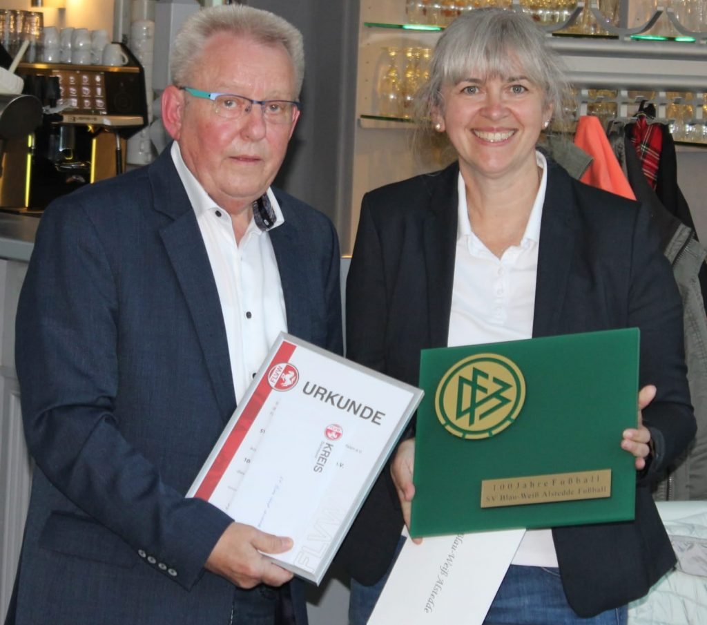 Angela Petra übernimmt Urkunde zur Ehrung des BW Alstedde